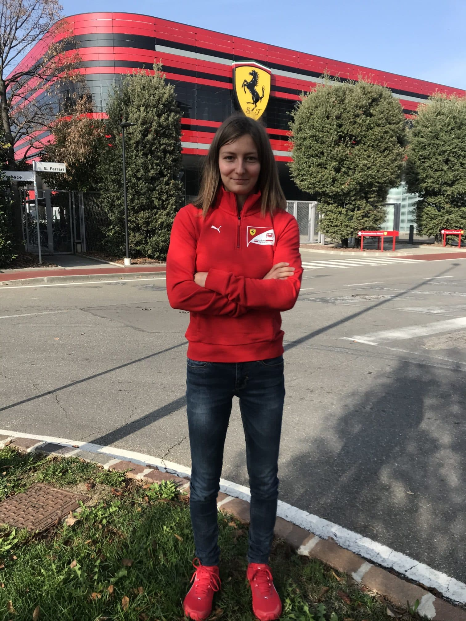 Doriane Pin devant l'usine Ferrari à Maranello (12nov20) 50pc